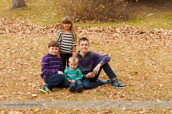 Extended Cowan Family Fall Portrait Session at Edworthy Park in Calgary (6)