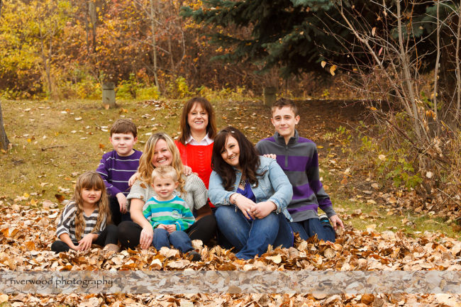 Extended Cowan Family Fall Portrait Session at Edworthy Park in Calgary (5)